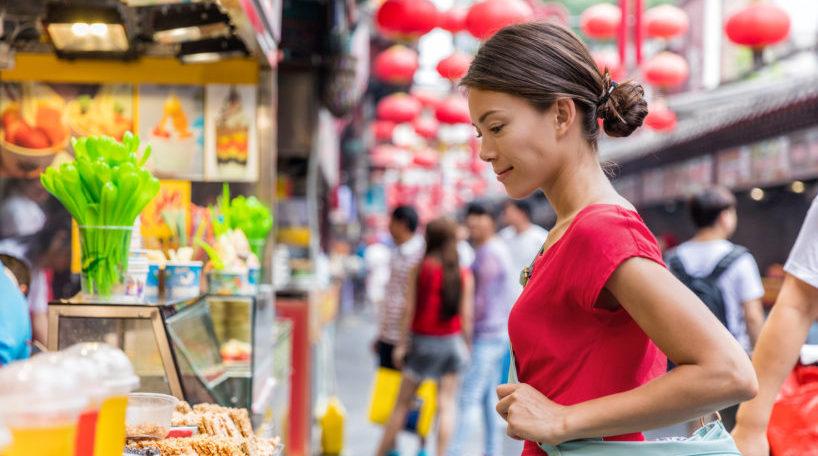 Turista compra en un mercado local