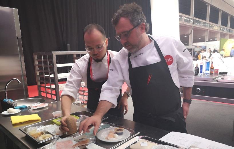 Albert Raurich preparando los ingredientes para su muestra culinaria en el Fórum Gastronómico
